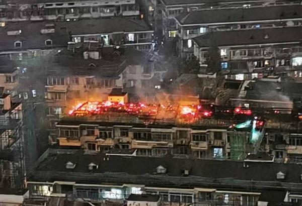 杭州一小区屋面防水材料着火